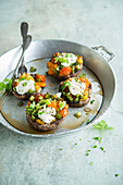 Portobello-Pilze gefüllt mit grünen Bohnen, Kirschtomaten und Mozzarella