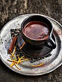 Eine Tasse heiße Schokolade mit Gewürzen
