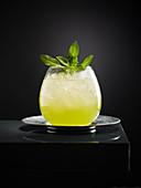 Cocktail 'Green Light' mit Midori und Rum