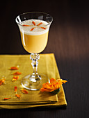 Margarita-Cocktail mit Mangosaft und Blütenblättern