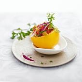 Tomatentatar in ausgehöhlter gelber Tomate