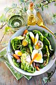Romanasalat mit Eiern und Gemüse