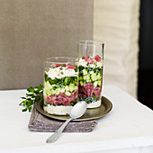Schichtspeise mit Sellerie-Remoulade, rotem Thunfisch und Wasabi