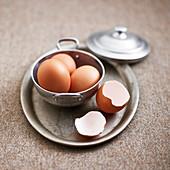 Eier, ganz und Eierschalen