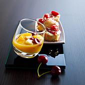 Fruchtcocktail mit Apfelwein und mit Mini-Bruschetta