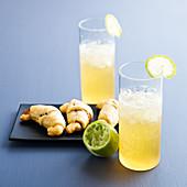 Cocktail 'Iceberg' mit Cidre, Limette und Mini-Croissants als Aperitif