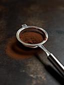 Sieb mit Kakaopulver
