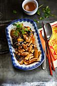 Schweinebraten mit Bambussprossen und schwarzen Pilzen