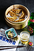 Chinesische Ravioli mit Schweinefleisch, Knoblauch und Ingwer im Bambuskörbchen