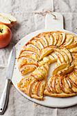 Pikante Apfeltarte mit Camembert und Kümmel