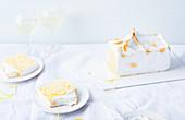 Kastenförmiges Baked Alaska, angeschnitten