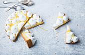 Zitronenkuchen mit Baisertupfen