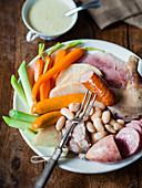 Potée champenoise (Eintopf mit Schweinefleisch, Wurst, Linsen und Kraut, Champagne, Frankreich)
