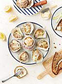 Gegrillte Austern mit Zitrone und Schalotten