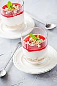 Käsekuchen mit Erdbeersauce serviert in Dessertgläsern