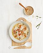 Brühe mit Reis, geräuchertem Lachs und Sesam