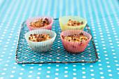 Müsli-Muffins mit Trockenfrüchten in Papierförmchen