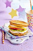 Pancake-Hamburger gefüllt mit Fruchtscheiben und Creme