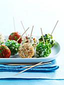 Ziegenkäsekugeln mit Kräutern, Sesam und Paprikapulver als Appetithäppchen