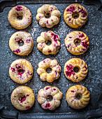 Donut-style raspberry cakes