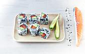 California-Rolls mit Lachs und Avocado (Japan)