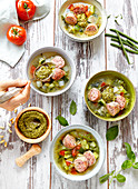 Sommerliche Gemüsesuppe mit Pistou und Wurst