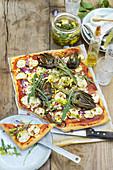 Sommerliche Gemüsepizza mit Zucchini, Artischocken und Feta
