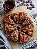 Riesen-Keks mit Schokoladendrops und Haselnüssen
