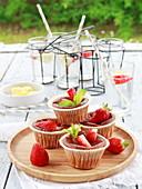 Erdbeerküchlein auf Tisch im Freien