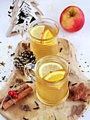 Heißer Apfeldrink mit Gewürzen und Zitrone