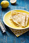 Crepe mit Zucker und Zitrone
