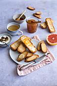 Frühstück mit Zwieback, Marmelade, Fromage Blanc, Grapefruit und Tee