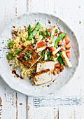Gegrillter Tofu mit Gemüsesalat auf Couscous