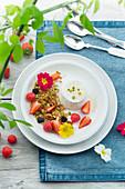 Ziegekäse dazu karamellisierter Grieß mit Beeren und Blüten