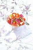 Sommerliche Obstsuppe mit Erdbeeren, Rhabarber und Eisenkraut