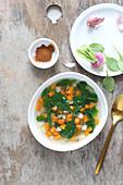 Detox-Gemüsebrühe mit Spinat, Karotten und Rübchen