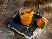 Mandarinensaft mit Zimt und Blütenpollen