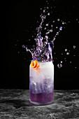 Violettes Erfrischungsgetränk mit Splash