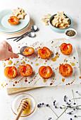 Geröstete Aprikosen mit Honig dazu Sternplätzchen mit Anis