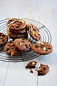 Schokoladenplätzchen mit Mandeln und Rosinen