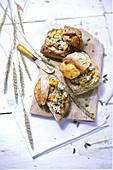 Brötchen mit Thunfischcreme, Pfirsichen und Kräutern