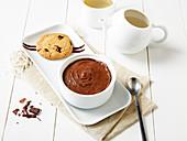 Mousse au Chocolate serviert mit Cookie