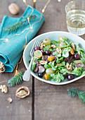 Feldsalat mit Geflügelleber, Trauben und Nüssen