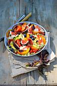 Sommersalat mit Tomaten, Feigen, Pfirsichen und Shisokresse