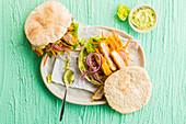 Pita-Sandwiches mit Huhn und Avocado-Hummus