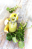 Früner Smoothie mit Brunnenkresse, Apfel und Banane