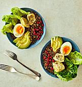 Buddha-Bowl mit Linsen, Avocado, Artischocke und Ei