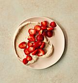 Erdbeeren auf Schlagsahne aus Cashewnüssen