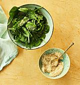 Gomasio (gegrilltes Sesamsalz) zum Spinatsalat