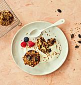 Frühstücksgebäck mit Saaten und Schokolade